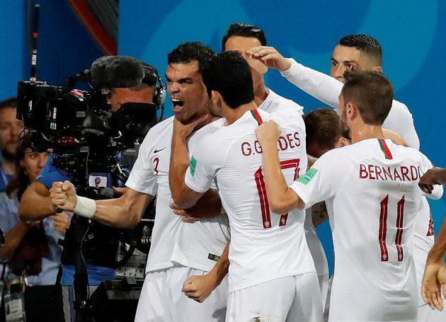 Euforie Portugalců po gólu Pepeho (první zleva).