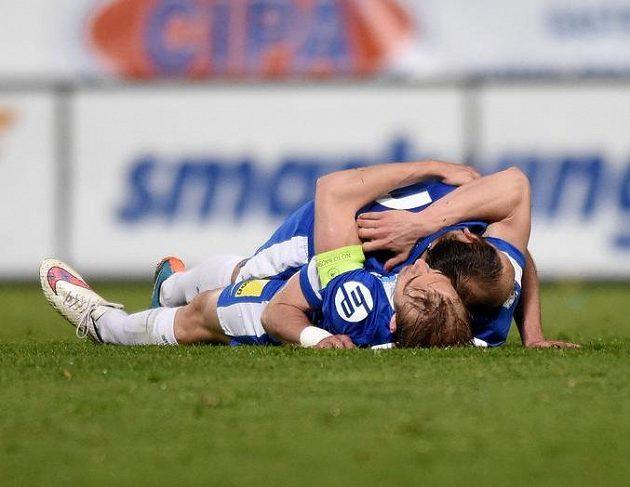 Fotbalisté Slovanu Liberec Lukáš Pokorný a Miloš Karišik oslavují vítězství nad Spartou.