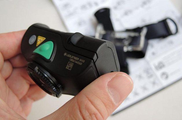 Čtyřbarevná čelovka Ledlenser MH8 ‒ přístup k bateriím/akumulátoru je usnadněný odstávajícím jazýčkem.