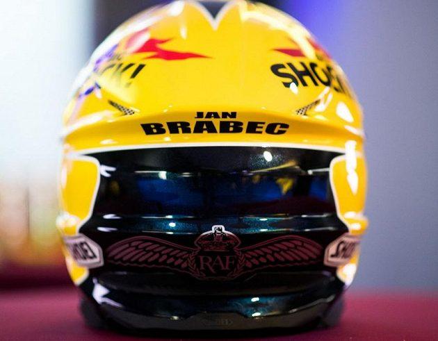 Detail Brabcovy helmy s motivem RAF.