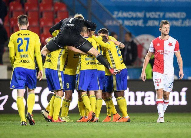 Fotbalisté Zlína oslavují vítězství 2:1 na Slavii. Na vrcholu valné hromady brankář Zdeněk Zlámal.