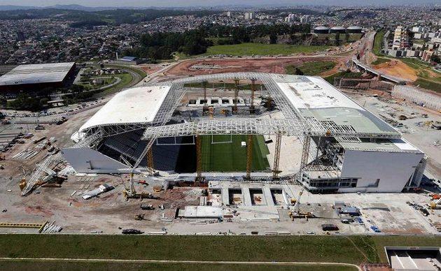 Výstavbu stadiónu v Sao Paulu zbrzdilo zřícení jeřábu.