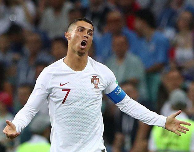 Pane rozhodčí...! Portugalec Cristiano Ronaldo během duelu s Uruguayí.