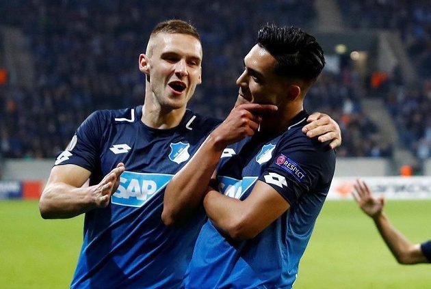Hráči Hoffenheimu zleva Pavel Kadeřábek a Nadiem Amiri se radují v zápase Evropské ligy proti istanbulskému Basaksehiru.