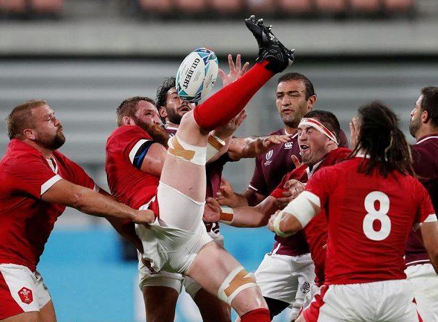 Nohy hore...! Z bitvy Walesu (v červeném) s Gruzií (vínové dresy).