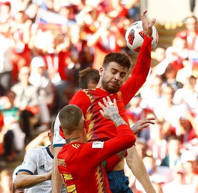 Penalta! Španěl Gerard Piqué zahrál zády k míči rukou...