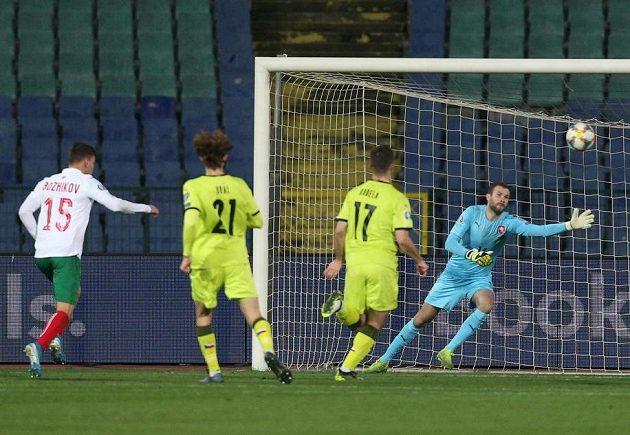 Bulhar Vasil Božikov dává gól.