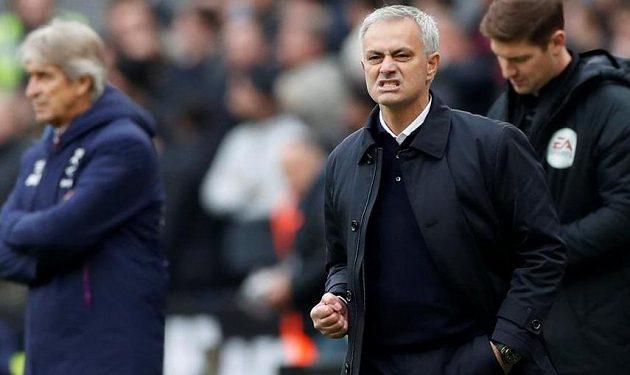 Manažer Tottenhamu Hotspuru José Mourinho a jeho grimasa dává tušit, ýe výkon jeho svěřenců měl dost kazů.