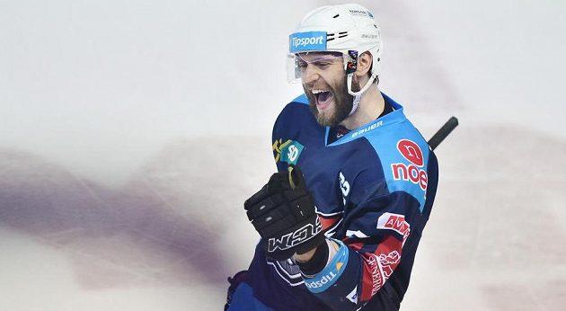 Autor gólu Vladimír Růžička z Chomutova se raduje během pátého zápasu semifinále play off hokejové extraligy na ledě Bílých Tygrů Liberec.