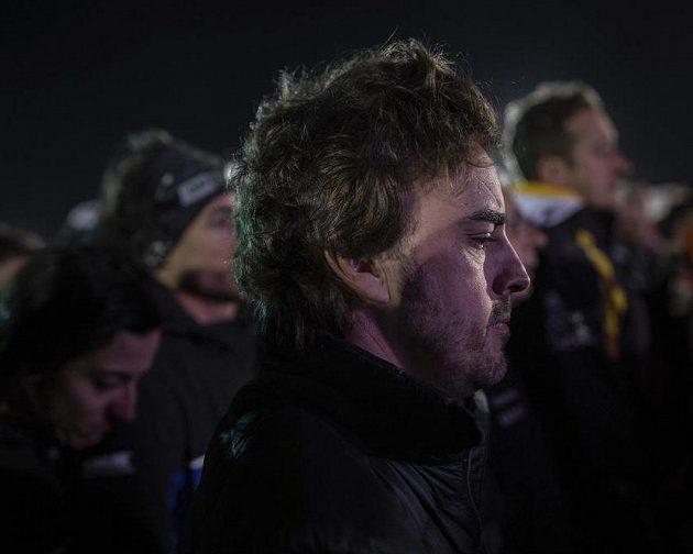 Fernando Alonso při minutě ticha za tragicky zesnulého Paula Goncalvese.