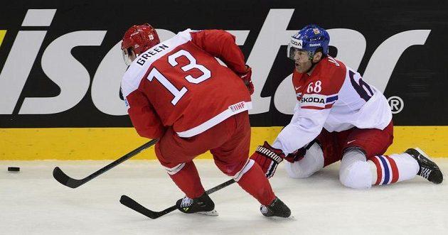 Zleva Morten Green z Dánska a český reprezentant Jaromír Jágr bojují o puk.