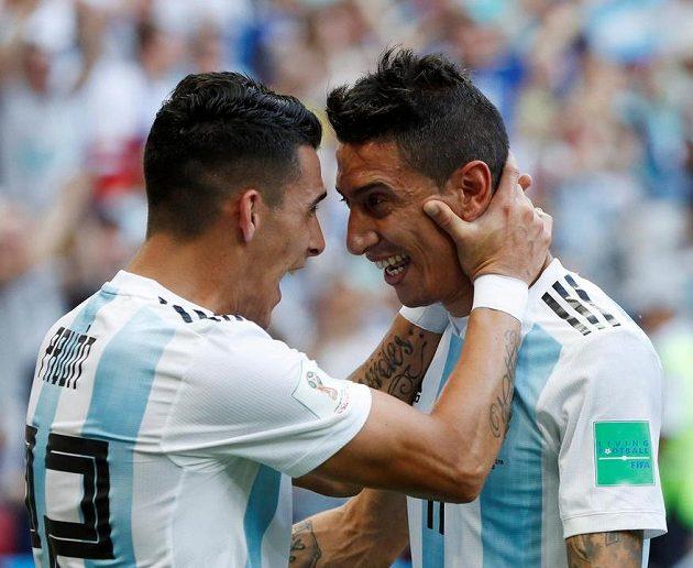 Argentinci Angel Di María (vpravo) a Cristian Pavon slaví gól.