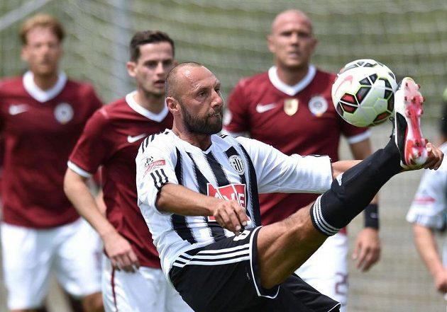 Obránce Českých Budějovic Roman Lengyel během přípravného utkání se Spartou.
