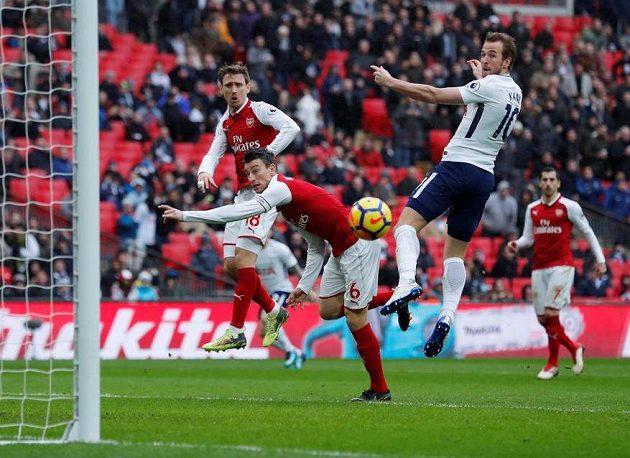 Tottenhamský Harry Kane (v bílém) dává gól Arsenalu.