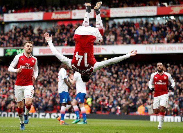 Pierre-Emerick Aubameyang metá salta, z penalty spasil Arsenal.