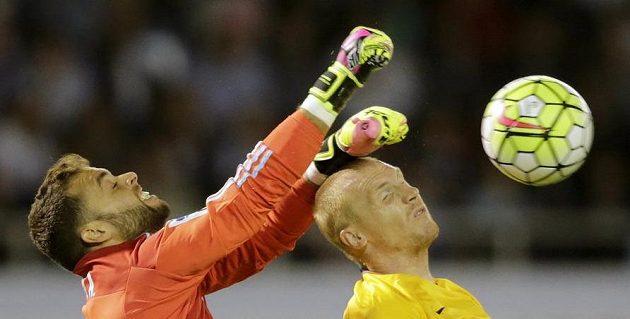 Brankář Celty Vigo Sergio Alvarez vyráží míč před Jeremym Mathieuem z Barcelony.