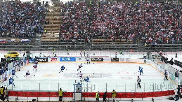 Utkání hokejové extraligy hrané na plochodrážním stadionu v Pardubicích