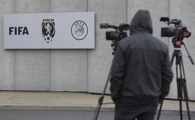 Kameraman čeká před sídlem Fotbalové asociace ČR (FAČR) na pražském Strahově, kde v pátek zasahovala policie.