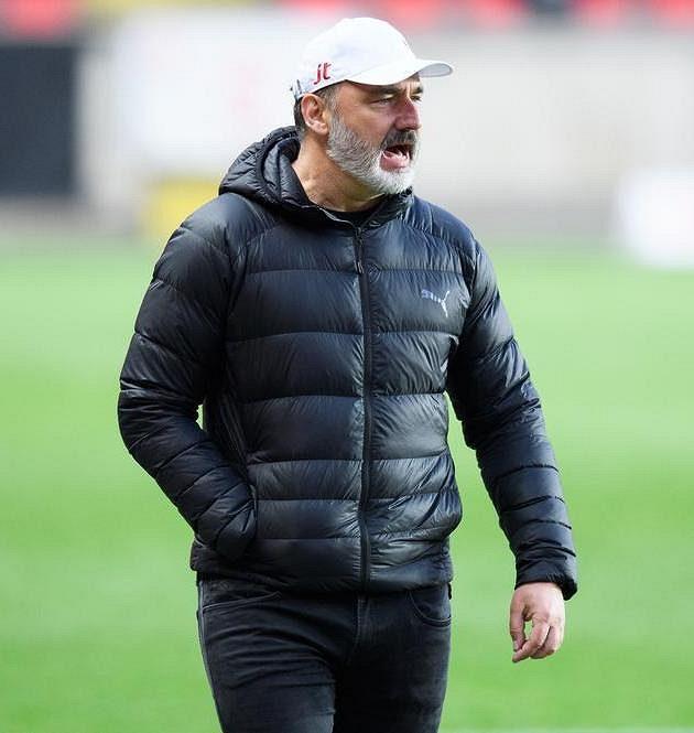 Trenér Slavie Praha Jindřich Trpišovský během utkání s Plzní.