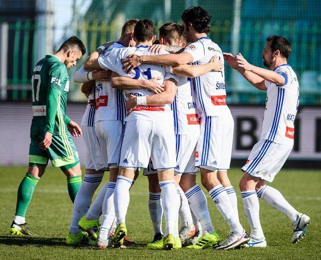 Fotbalisté Mladé Boleslavi oslavují gól na 2:0 během utkání s Karvinou.