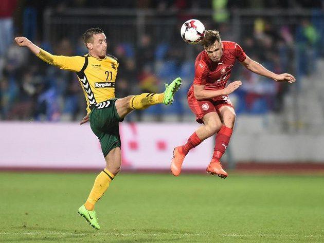 Filip Novák (vpravo) během utkání s Litvou.