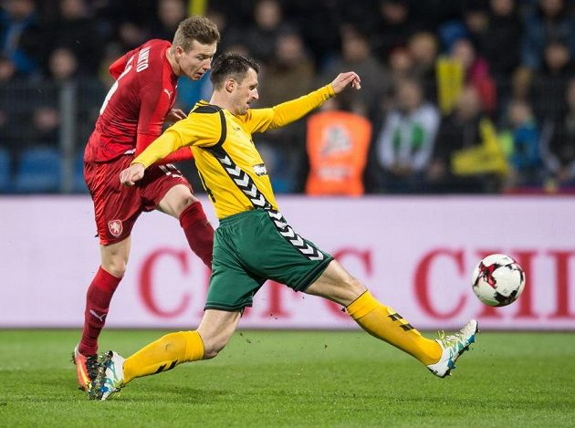 Český záložník Jakub Jankto střílí svůj první reprezentační gól.