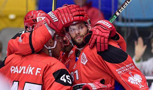 Střelec gólu Tomáš Vincour (vpravo) z Hradce Králové oslavuje se spoluhráči.