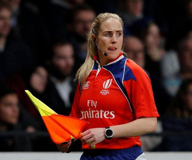 Už i v ragby se ženy chopily praporků... Asistentka rozhodčího Joy Nevilleová během utkání Francie s Japonskem.