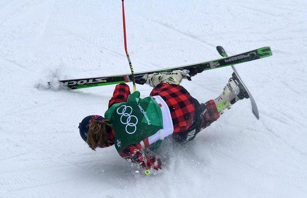 Ošklivý pád měla během osmifinále soutěže skikrosařek kanadská závodnice India Sherretová.