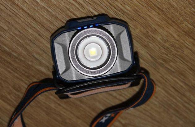 Zoomovací čelovka Fenix HL40R - integrované kontrolky ukazují stav akumulátoru.