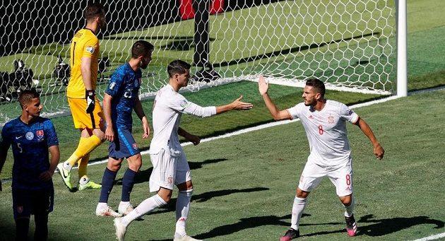 Španělský fotbalista Alvaro Morata zahodil v utkání EURO proti Slovensku penaltu. Povzbuzuje jej spoluhráč Koke.