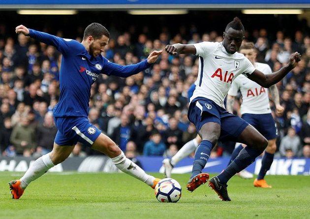 Zleva Eden Hazard z Chelsea a Davinson Sanchez z Tottenhamu.