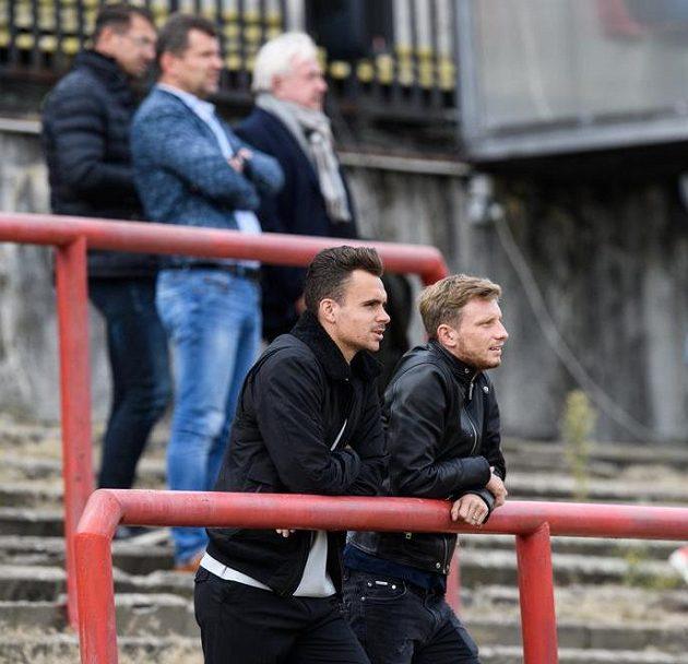 Andreas Vindheim a Ladislav Krejčí ze Sparty Praha sledují utkání 3. kola MOL Cupu s Blanskem.