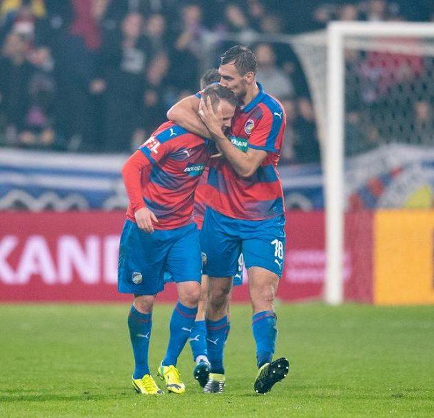 Tomáš Chorý a David Limberský z Viktorie Plzeň oslavují gól na 1:0 během utkání se Slavií.