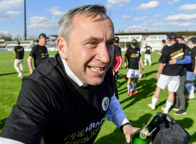 Generální manažer klubu Hradce Králové Richard Jukl oslavuje vyhrané utkání a postup do první ligy.