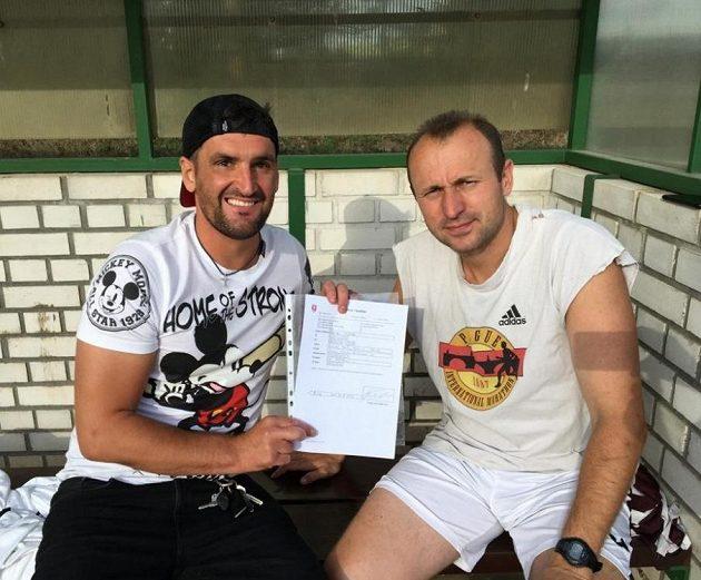 Martin Fenin na lavičce při podpsisu smlouvy s Václavem Hlaváčekm, předsedou FK Řeporyje.
