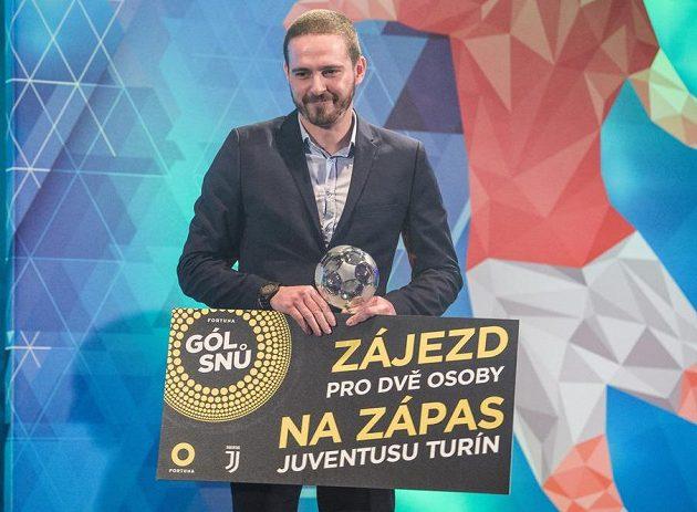 Vítěz ankety Gól snů Martin Malý s trofejí.