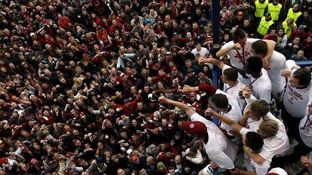 Fotbalisté Sparty oslavují s fanoušky zisk mistrovského titulu.