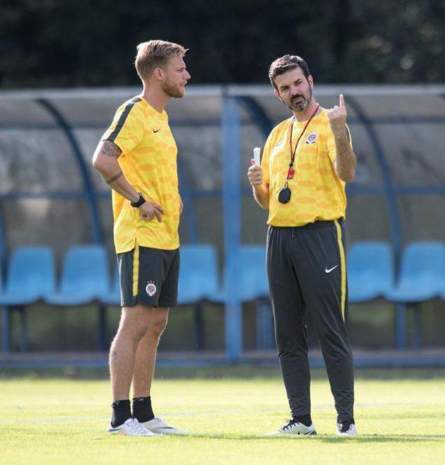 Trenér Sparty Praha Andrea Stramaccioni (vpravo) a asistent Radoslav Kováč během tréninku před odvetným utkáním 3. předkola Evropské ligy.