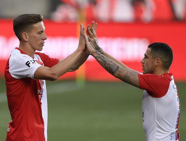 Zleva Lukáš Provod ze Slavie a střelec Nicolae Stanciu ze Slavie se radují z gólu.