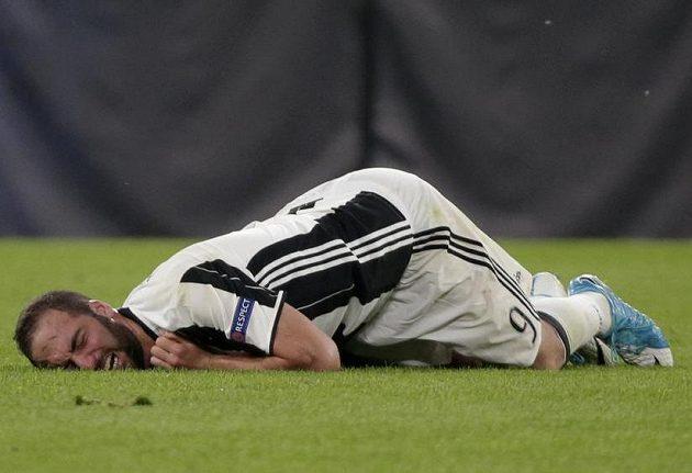 Gonzalo Higuaín po zákroku Kamila Glika...
