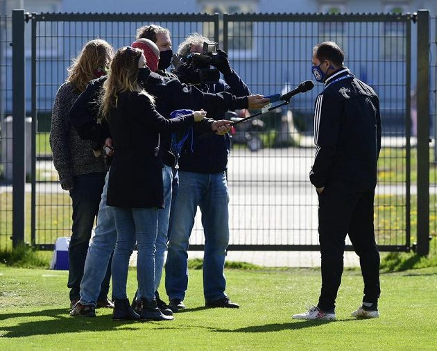 Hlavně ne zblízka... Trenér Sigmy Olomouc Radoslav Látal hovoří s novináři.
