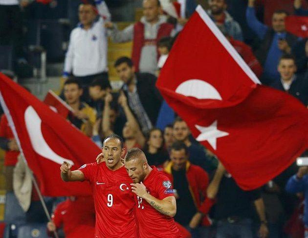 Turečtí fotbalisté Umut Bulut (vlevo) a Gökhan Töre slaví vedoucí gól nad českou reprezentací.