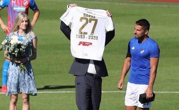 Milan Baroš z Ostravy (vpravo) dostává od majitele klubu Václava Brabce (uprostřed) dres s číslem 27.