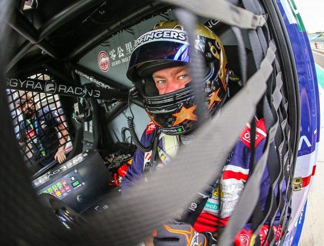 Adam Lacko v kabině svého tahače.