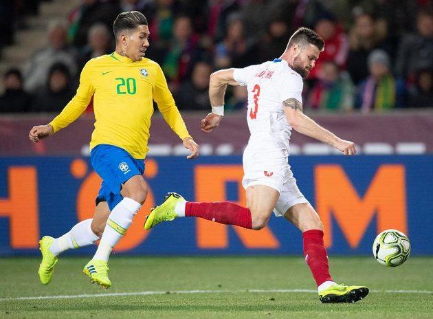 Roberto Firmino z Brazílie a Ondřej Čelůstka během přátelského utkání ČR - Brazílie.