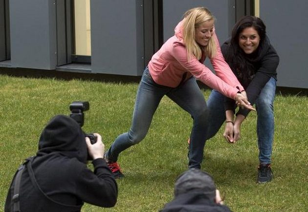 Bagrem! Přesně takhle to české beachvolejbalistky Barbora Hermannová s Markétou Slukovou (vlevo) hrají.