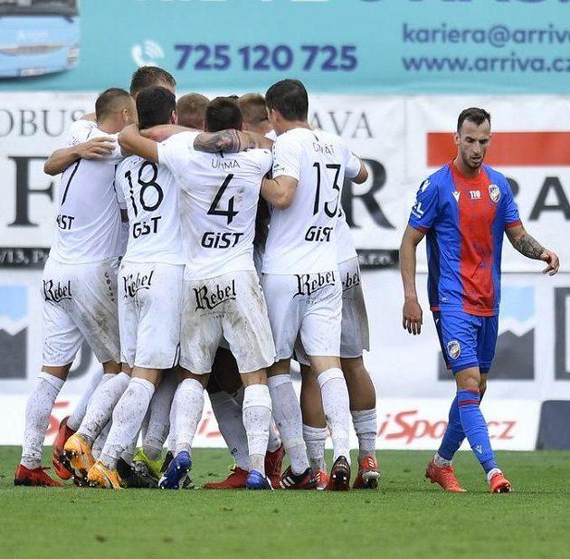 Hráči Hradce se radují z gólu, vpravo Matěj Hybš z Plzně.