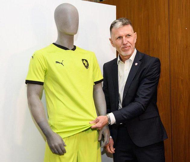 Trenér Jaroslav Šilhavý s novým venkovním dresem fotbalové reprezentace.