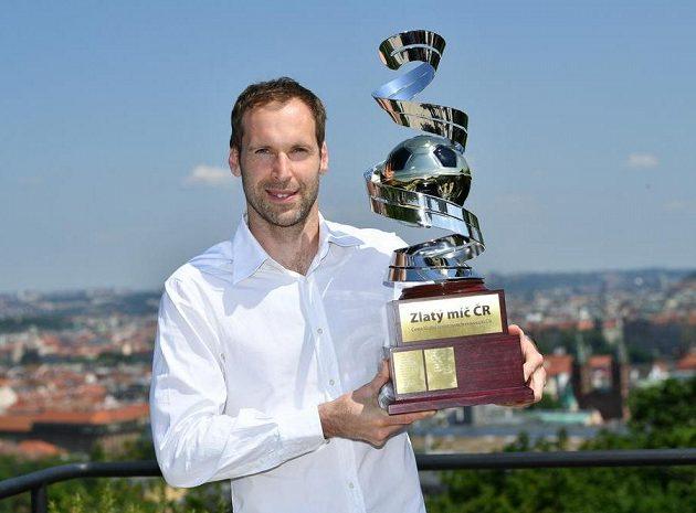 Petr Čech nad Prahou s trofejí Zlatý míč za sezónu 2017/2018.